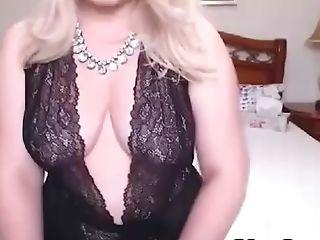 Tranny looks ravishing and jaw dropping flashing her naked body on cam