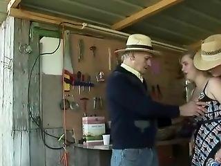 Samantha, cette jolie blonde venue pour prendre des cerises dans sa petite robe coquine excite Papy, et se prend deux bites dures dans la cabane.